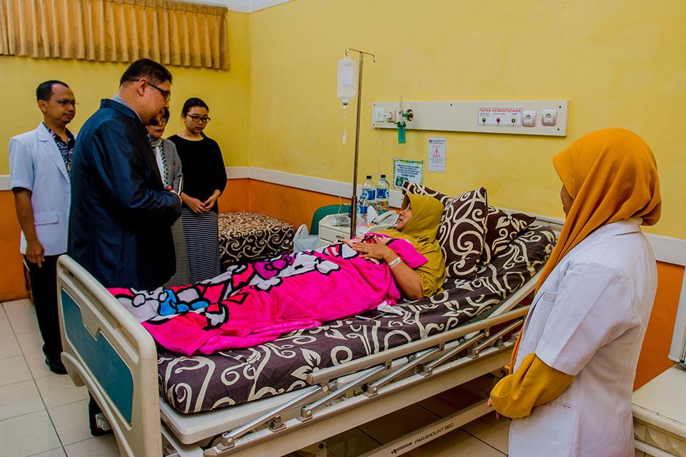 <p>Kegiatan Visite Besar yaitu kunjungan dari manajemen Rumah Sakit Islam Lumajang kepada pasien. Untuk memberikan motifasi dan do'a kepada pasien untuk lekas sembuh, serta sebagai sarana untuk menggali informasi tentang pelayanan yang telah diberikan kepada pasien.</p>