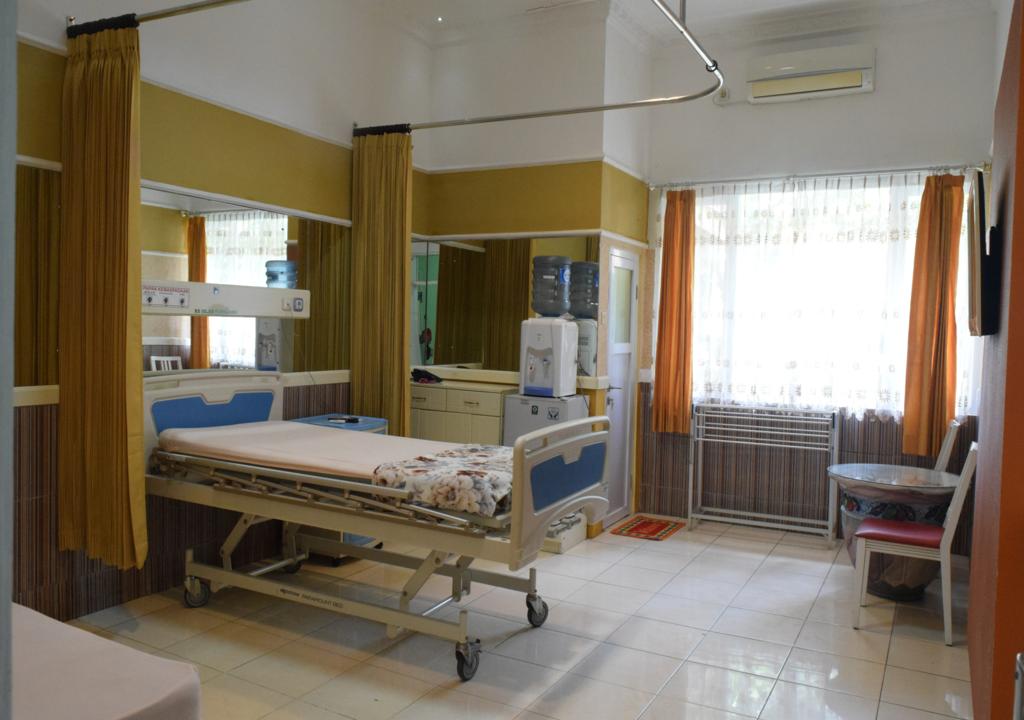 """<p>Dalam meningkatkan kualitas kenyamanan pasien dan keluarga.<br /> Kini rumah Sakit Islam Lumajang meghadirkan fasilitas pelayanan kesehatan baru berupa :<br /> Kamar VVIP I ,dilengkapi fasilitas :</p>  <p><strong>1. satu bed pasien</strong></p>  <p><strong>2. Satu bed penunggu</strong></p>  <p><strong>3. AC</strong></p>  <p><strong>4. TV 32 """"</strong></p>  <p><strong>5. Lemari Es Mini</strong></p>  <p><strong>6. Dispenser</strong></p>  <p><strong>7. Water Hitter</strong></p>  <p><strong>8. Meja dan kursi tamu</strong></p>  <p><strong>9. Nakas</strong></p>  <p><strong>10. Layanan koran setiap pagi</strong></p>  <p><strong>11. Telepon</strong></p>  <p>Fasilitas ini mengutamakan privasi yang diharapkan untuk mendukung proses pemulihan kesehatan pasien.</p>  <p>Nikmati kemudahan untuk proses rawat inap di Rumah Sakit Islam Lumajang dengan cara :<br /> telepon : 0334 (887999) atau Whatsapp 082-112-109-887 Humas RSIL</p>"""
